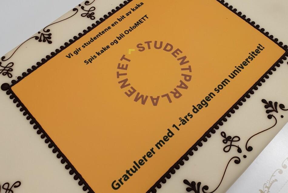 Studentene feiret ett år som universitet med egen kake. Foto: Studentparlamentet, OsloMet