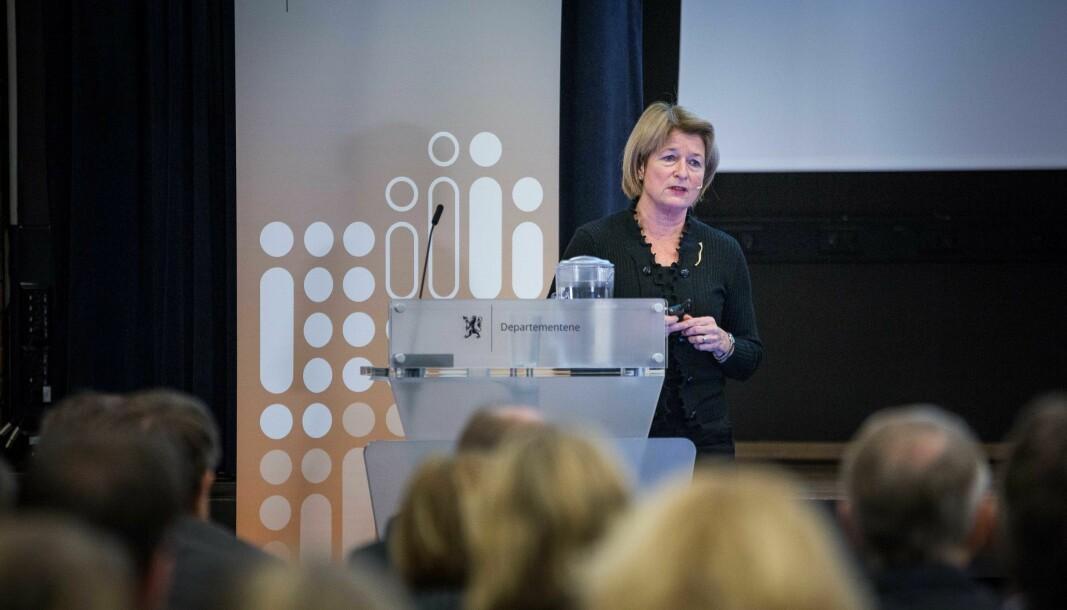 Stillingsstrukturutvalget, ledet av Anne Husebekk (bildet), kritiseres for paradoksal dobbeltunge-snakk av dosent emeritus Carl Christian Backe.