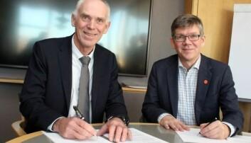 Stein Olav Drange i Equinor og UiO-rektor Svein Stølen signerer avtale. Foto: UiO