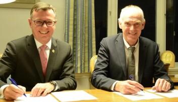 UiB-rektor Dag Rune Olsen (t.h.) og Stein Olav Drange i Equinor, signerer avtale. Foto: UiB