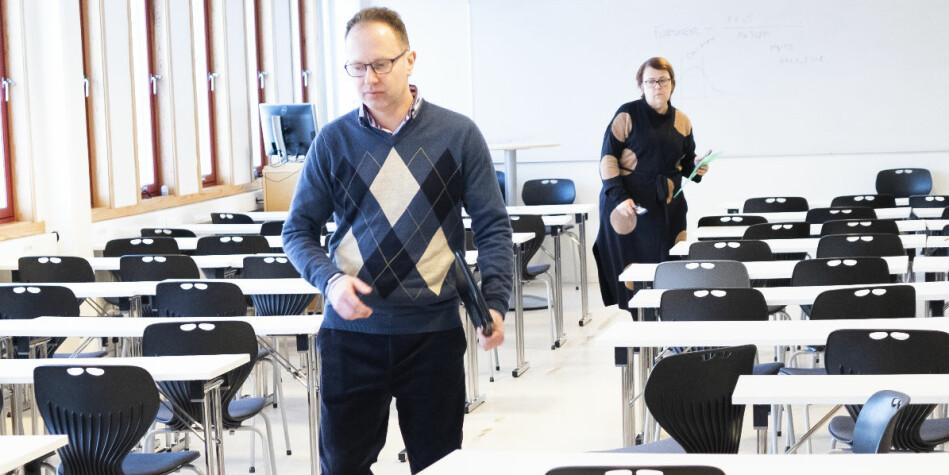 Øyvind Eikrem etter et møte ved Institutt for sosialt arbeid tidligere i år, der også NTNUs rektor Gunnar Bovim var tilstede. Bak: instituttleder Riina Kiik. Foto: Torkjell Trædal