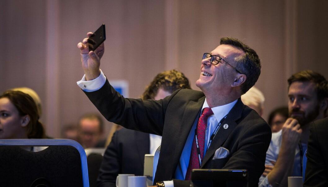 Her tar Dag Rune Olsen selfie på UHR-konferansen i fjor. Neste veke kan han bli vald til ny leiar for Universitets- og høgskolerådet (UHR). Foto: Siri Øverland Eriksen