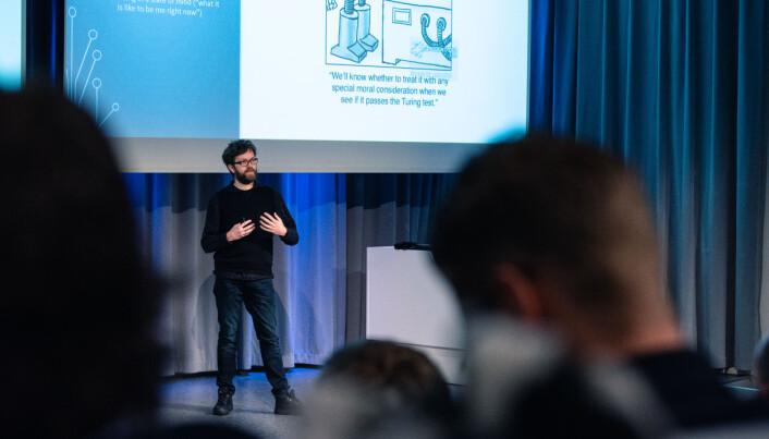 Filosof Einar Duenger Bøhn presenterte seg selv som det humanistiske alibi på konferansen. Foto: Kristoffer Skarsgård