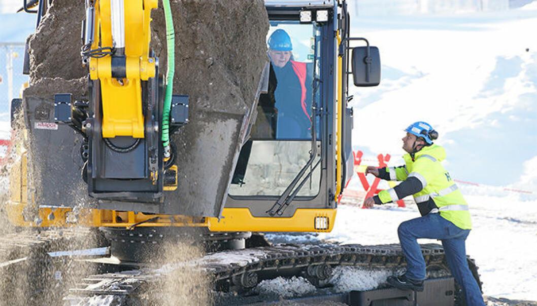 Statminister Erna Solberg fikk ta de første gravemaskintakene på Gaustadbekken. Livsvitenskapsbygget ved UiO skal bli 67 000 kvadratmeter