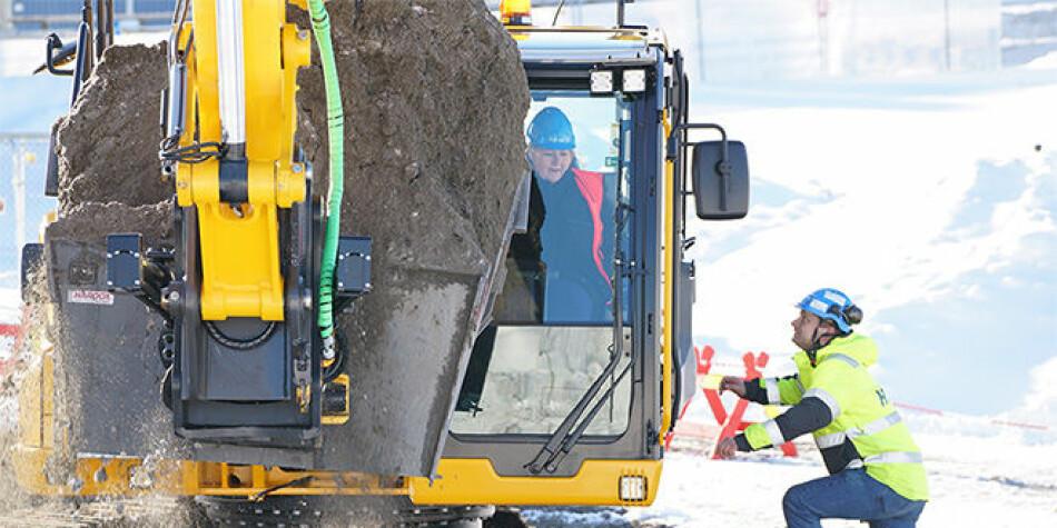 Statsminister Erna Solberg i gravemaskinen på tomta for det nye livsvitenskapsbygget ved Universitetet i Oslo. Foto: Terje Heiestad/UiO