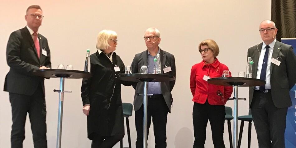 Dag Rune Olsen, Berit Rokne, Jørn Wroldsen, Anne Husebekk og Gunnar Bovim snakket om hvordan de tenkte under den store strukturreformen. Foto: Tove Lie