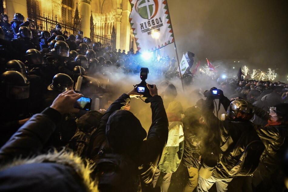 Sammenstøt mellom demonstranter og politi utenfor parlamentsbygningen i Budapset i desember. Protestene som var arrangert av Free University and Students Trade Union student groups, startet fredelig, men endte med tåregass fra politiet. Foto: Marton Monus/MTI via AP