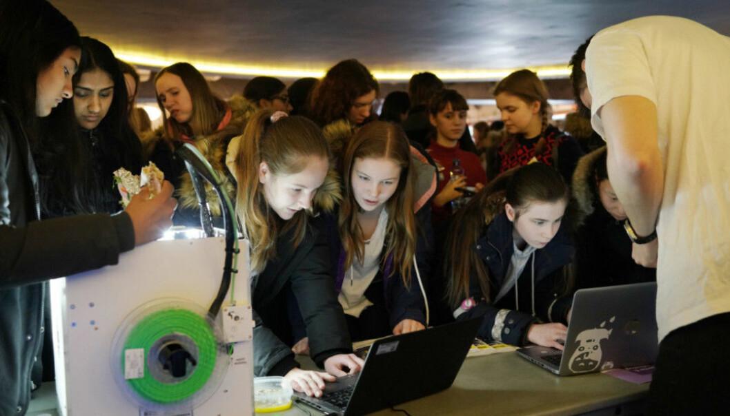 Jenter fra videregående sjekker ut mulighetene på Jenter og teknologidagen i 2018. Foto: Ketil Blom Haugstulen