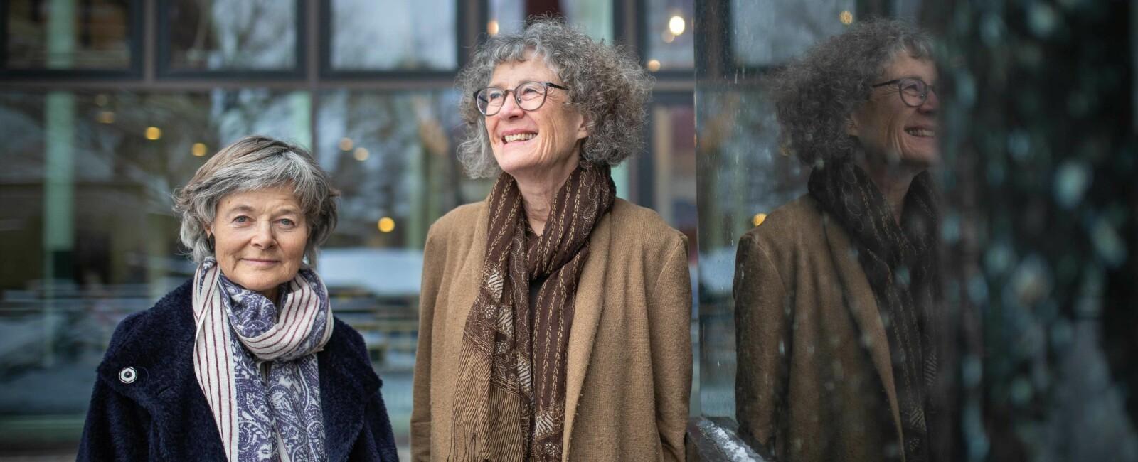 Anne-Brit Kolstø (t.v.) og Ragni Piene ble professorer i 1987 .— På noen måter hadde vi det kanskje lettere enn unge kvinner i dag, sier Piene. Foto: Siri Øverland Eriksen