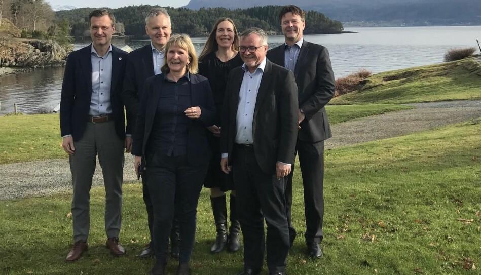 Avtalen mellom DFØ og BOTT-universitetene ble underskrevet på Solstrand 5. mars. Bak fra venstre: Jørgen Fossland (UiT) Arne Benjaminsen (UiO) Hilde Singsaas (DFØ) og Frank Arntsen (NTNU), foran fra høyre: Kjell Bernstrøm (UiB) og Ida Munkeby (NTNU) Foto: Grethe Holmstrøm/UiB
