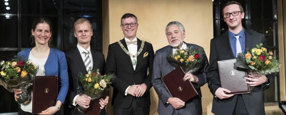 UiB-rektor Dag Rune Olsen (i midten) delte ut Meltzer-priser til f.v. Selina Våge, Hans Fredrik Marthinussen, Eystein Jansen og Adrian Drazic fredag kveld. Foto: Thor Brødreskift/UiB