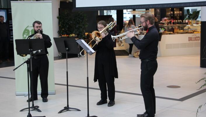Studenter fra Griegakademiet åpnet med Music from the royal firework. Torbjørn Karlsen på valthorn, Emilie Synnøve Liknes på trombone og Emil Børø på trompet. Foto: Hilde Kristin Strand