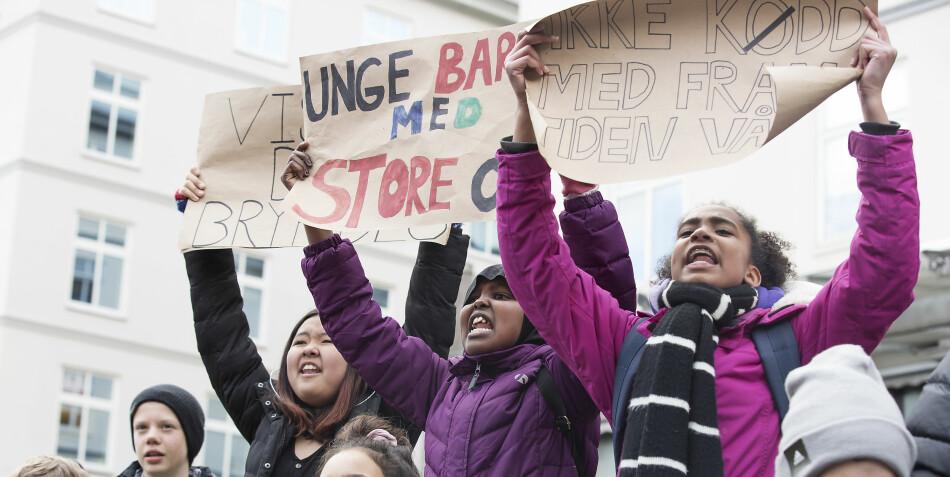 Aksjon i Bergen torsdag 14. mars: Daniela Limu Raetta (13), Maryan Ali (13) og Ariana Lima (13) fra Slettebakken skole synes de voksne bør høre på ungdommens klimarop. Foto: Silje Katrine Robinson