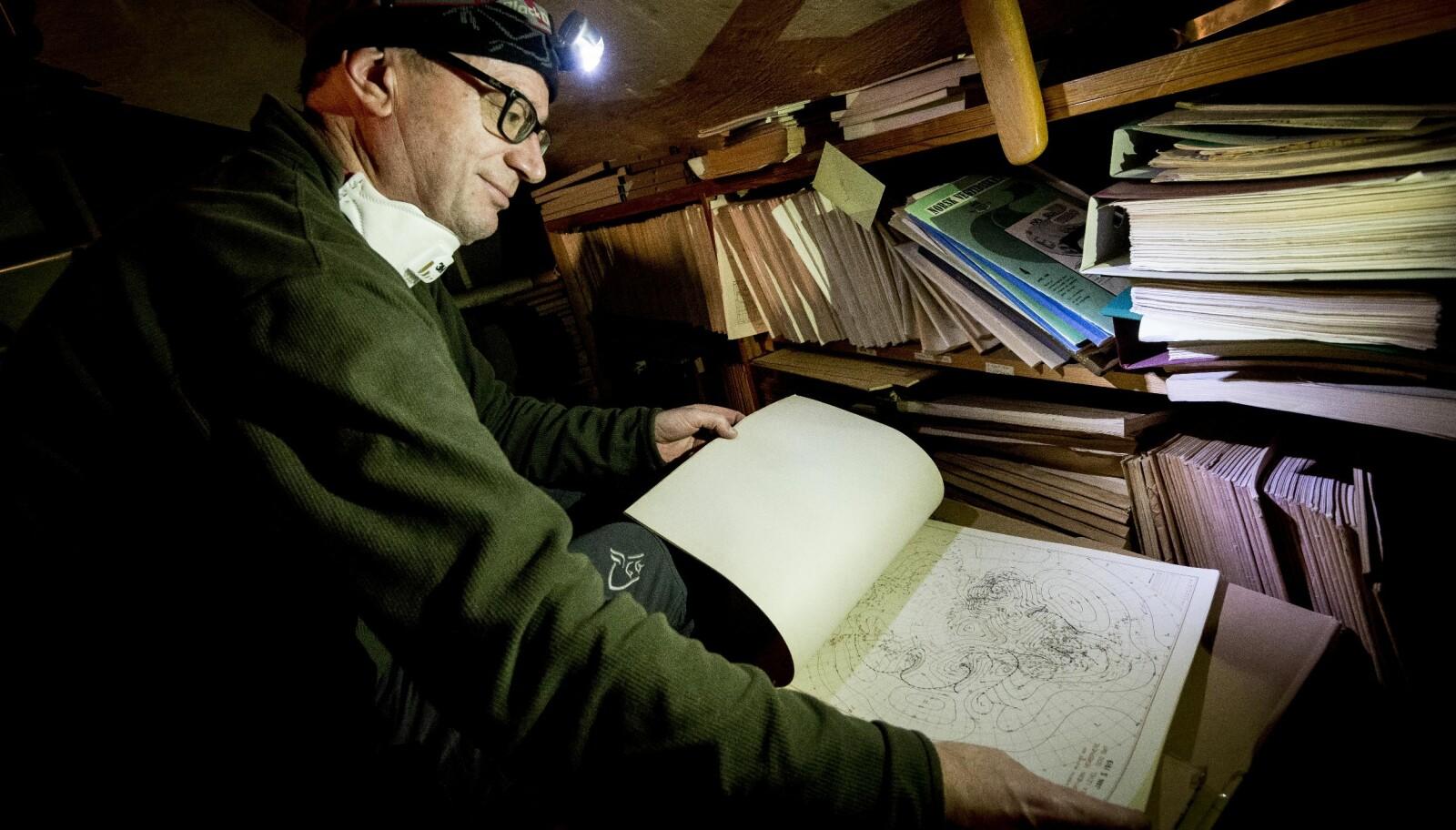 Korleis vart vêret? Ola Søndenå med bunke på bunke med gamle vêrobservasjonar. Søndenå har arbeidd med faghistora på universitetet i 15 år. Foto: Tor Farstad.