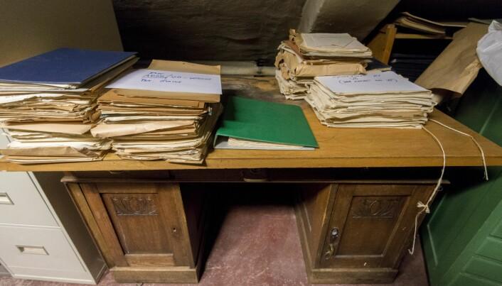 Livsverk på loftet? Eit gammalt skrivebord med like gammalt forskingsmateriale stabla på har ein gong blitt bore litt nærare himmelen. Foto: Tor Farstad