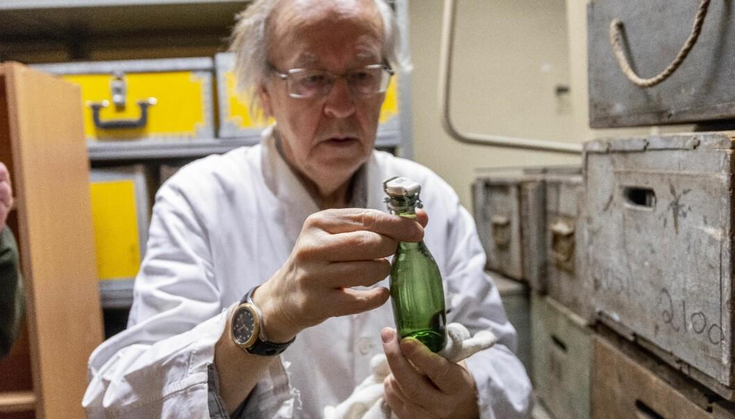 Olav Aas er eigentleg botanikar, men ivrig faghistorikar på si. Her studererer han ei vassprøve frå eit hav frå ei tid knapt nokon levande har opplevd. Foto: Tor Farstad.