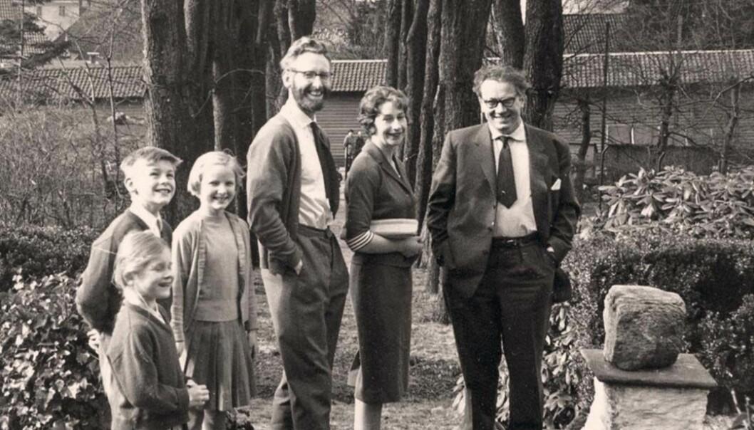 Søndagstur med filosofen Arild Haaland. De to familiene hadde selskapelig omgang, og i 1962 flyttet Stein og Elizabeth inn i nytt hus ikke langt fra Haaland. Foto gjengitt med tillatelse fra Vigmostad Bjørke