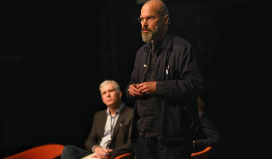 Måns Wrange (stående) blir ny rektor ved Kunsthøgskolen i Oslo. Jørn Mortensen (i bakgrunnen) slutter 1.august etter å ha tapt valget om fire nye år. Foto: Siri Øverland Eriksen