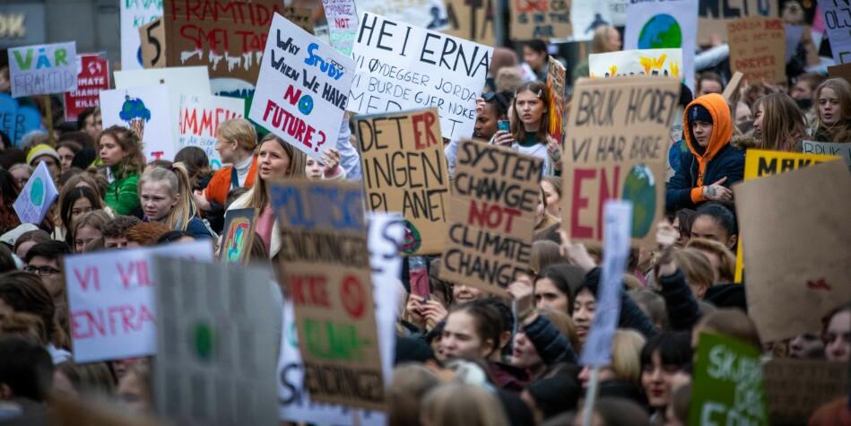 Skolestreik for klima foran Stortinget, 22. mars 2019. Norske forskere foreslår nå helt nye avtaler mellom land som produserer fossilt brensel. Foto: Siri Øverland Eriksen.