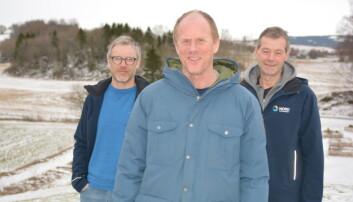 Bokredaktør Knut Skjesol (i midten) sammen med forskerne og forfatterne Svein Olav Ulstad (til venstre) og Idar Lyngstad Foto: Nord universitet