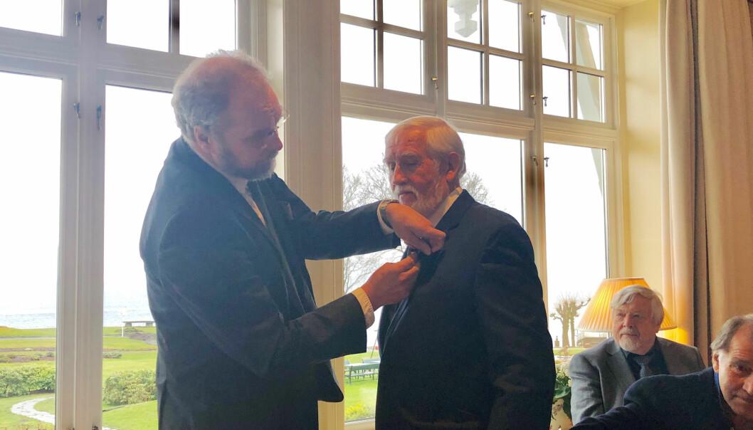 Fylkesmann Lars Sponheim gir Nils Georg Brekke det synlege provet. Foto: Pål Kårbø