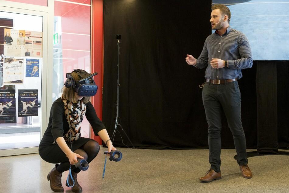 Statsråd Iselin Nybø med Virtual Reality-briller. Foto: Tor Farstad