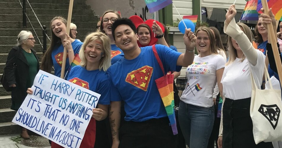 Lærerstudent Alva Amalie Eide sammen med Pedagogstudentene-leder Frank Alexander Bræin under Pride-paraden i Stavanger. Foto: Pedagogstudentene