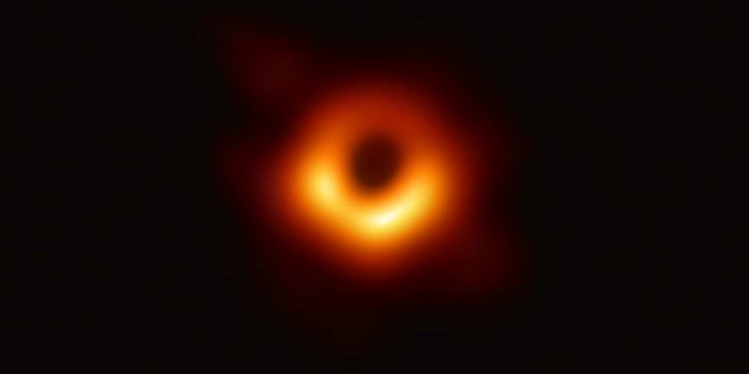 Forskere har fått fram det første bilde av et såkalt sort hull, med bruk av Event Horizon Telescope. Bildet viser en bøyd lysring rundt et svart hull som skal veie mer enn 6,5 million ganger sola. Bildet er hentet fra twitterkontoen til Event Horizon Telescope