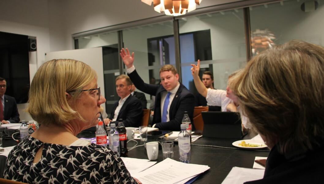 — Dette er en mistillit til faglige miljø, og en styreform som ikke er et universitet verdig, sa Hanne Foss Hansen (til venstre). Hun stemte mot forslaget om innføring av bot. Erlend Grønvold og Marianne Møgster stemmer her for. Det samme gjorde rektor og styreleder Dag Rune Olsen. Foto: Hilde Kristin Strand