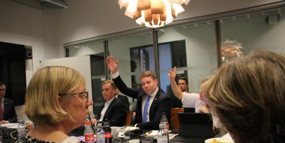 — Dette er en mistillit til faglige miljø, og en styreform som ikke er et universitet verdig, sa Hanne Foss Hansen (til venstre). Hun stemte mot forslaget om innføring av bøter for forsinket sensur. Erlend Grønvold og Marianne Møgster stemmer her for i universitetsstyret i Bergen. Foto: Hilde Kristin Strand