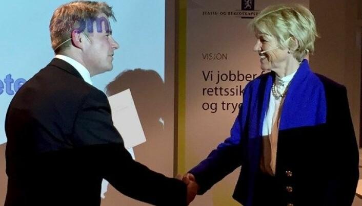 Daværende justis- og beredskapsminister Per-Willy Amundsen mottar særorganutredningen fra utvalgets leder, Anne Cathrine Frøstrup, i mai 2017. Foto: Justis- og beredskapsdepartementet.