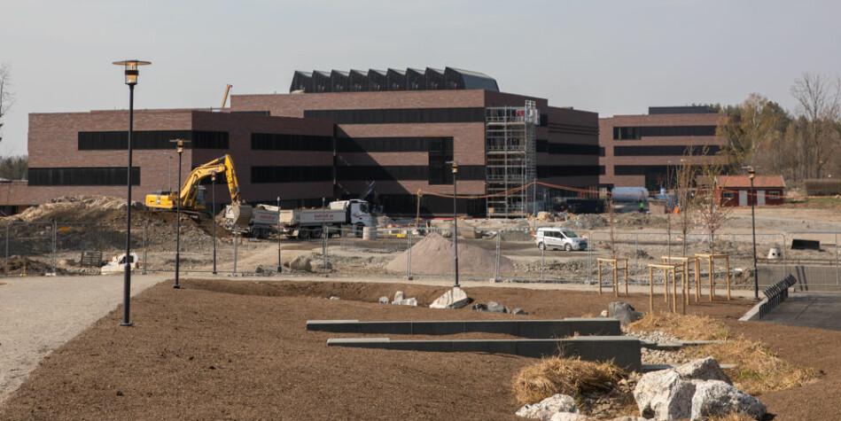 Det nye Veterinærbygget reiser seg. Det skal stå klart til innflytting om et års tid, men hvem skal eie det etter at bygget er ferdigstilt? Foto: Mina Ræge
