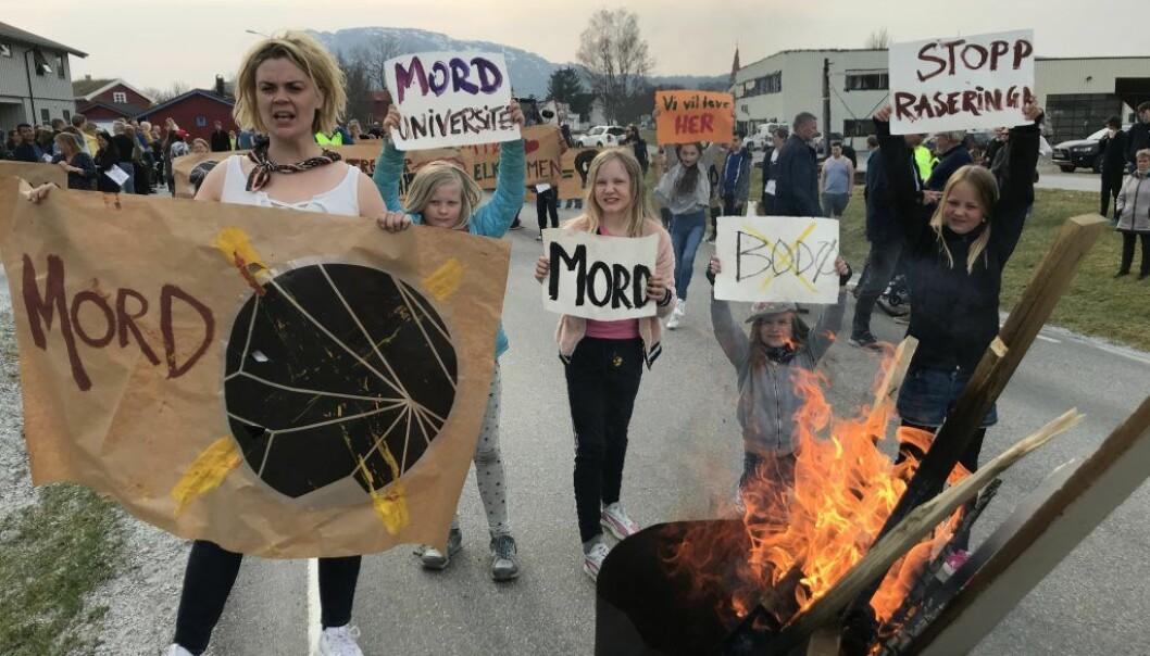 Nord universitet ble til «Mord universitet» da aksjonister, med artisten Ida Maria i spissen, blokkerte veien inn til Nesna i protest mot forslag til nedlegging av studiested Nesna. Foto: Halvor Hilmersen