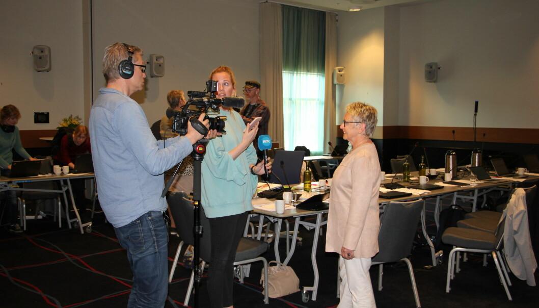Stort presseoppbud på Værnes tirsdag. Her er det NRK som intervjuer styreleder Vigdis Moe Skarstein. Foto: Hilde Kristin Strand