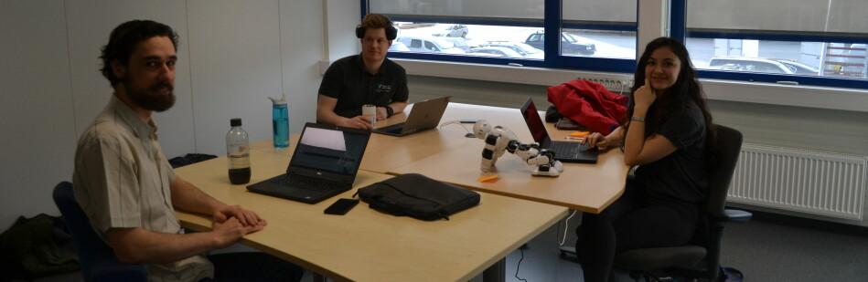 Johannes Møgster, Gizem Ates og Daniel Schäle er alle stipendiatar ved HVL og allereie på plass på verftsområdet i Førde. Foto: Øyvind Østrem, HVL