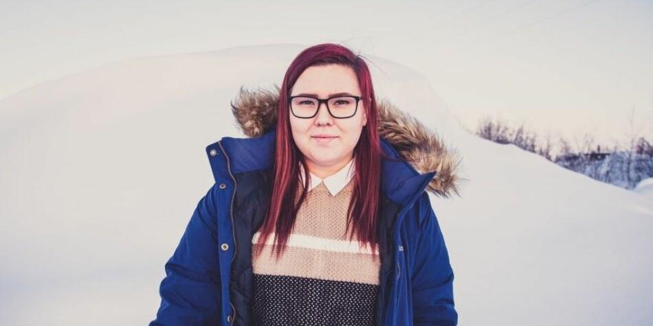 Studentstyrets leder Elena Skum sier at hun har valgt å ta utdanningen sin på Samisk høgskole fordi hun får bruke morsmålet sitt og tilegne seg et samisk perspektiv. Foto: Samisk høgskole