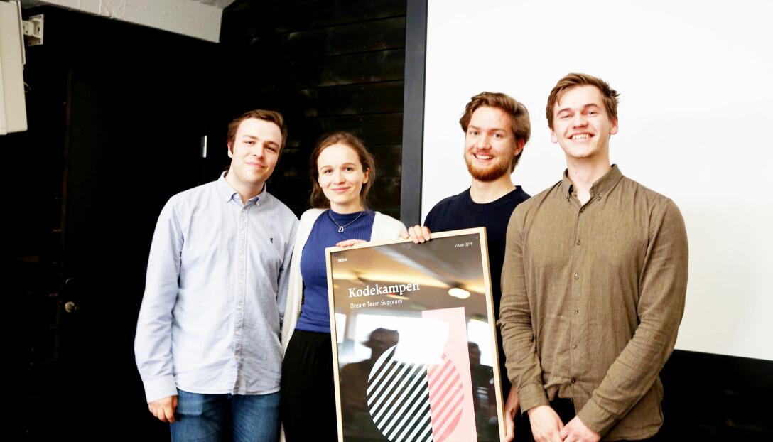 Koding for de store kidsa - Petter Daae, Rikke Aas, Brigt Arve Torp Håvardstun og Daniel Berge gikk av med seieren i den nasjonale konkurransen for datakoding, Kodekampen. Foto: privat