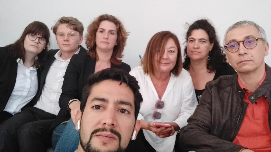 UiB-studentane Kjersti Brevik Møller og Vegard Fosso Smievoll (bak til venstre) blir etter planen deporterte frå Marokko i ettermiddag. Her er dei fotograferte i El Aaiún saman med ei gruppe spanske advokatar, som og blir sende ute. Foto: Privat