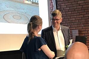 Kjerstin Aukrust overleverer 1735 klimaunderskrifter til UiO-rektor Svein Stølen. Foto: Eva Tønnessen