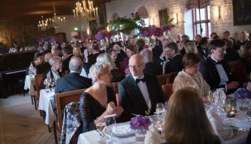 Gjestene gjorde stas på prisvinneren under middagen tirsdag kveld. Foto: Ketil Blom Haugstulen.
