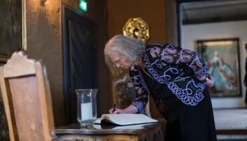 Uhlenbeck signerer besøksprotokollen på Akershus slott. Foto: Ketil Blom Haugstulen