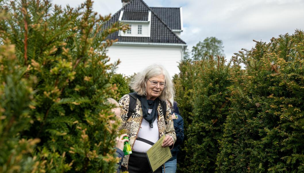 Karen Uhlenbeck har hatt eit hektisk program i Noreg. I Bergen fekk 76-åringen mellom anna sjå den matematiske labyrinten ved Lønningen lystgard. Foto: Eivind Senneset