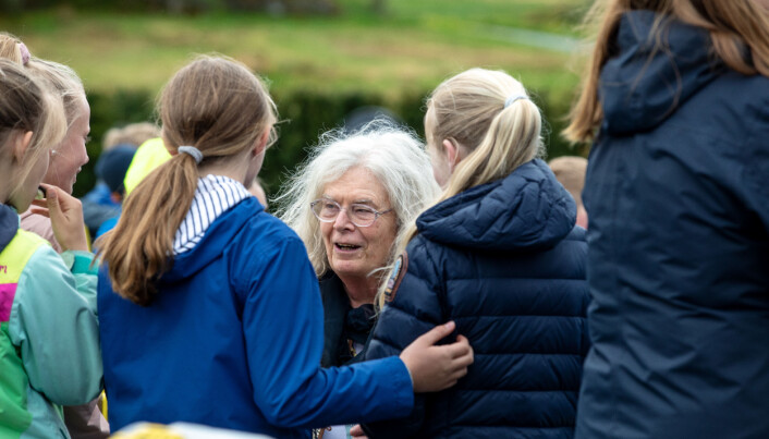 200 skuleelevar var inviterte til å treffa Uhlenbeck i botanisk hage. Foto: Eivind Senneset