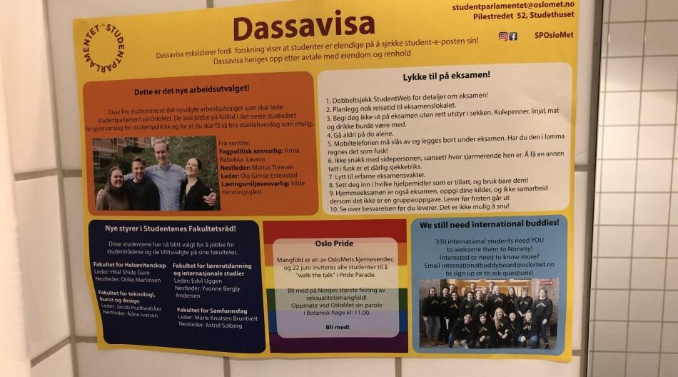 På OsloMet har deler av «Dassavisa» (bildet) som omhandler Pride blitt revet ned ved flere toaletter. Det får leder av Pedagogstudentene til å reagere. Foto: Amanda Schei