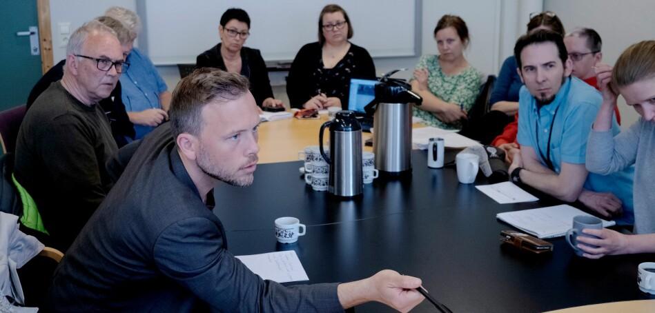 Leder av Sosialistisk venstreparti, Audun Lysbakken, i møte med representanter på Nesna. Foto: Paul S. Amundsen