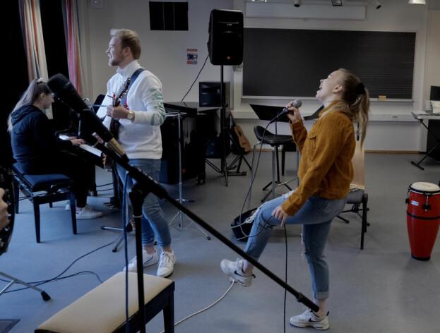 Your job's a joke, you're broke! Lærarstudentane øver på musikkrommet på Campus Bodø. Frå venstre: Julie Fjellet, Kristian Lorentzen og Tonje Halonen. Foto: Paul S. Amundsen