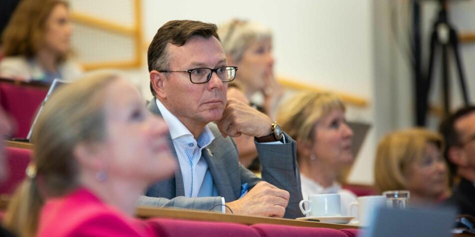 Dag Rune Olsen er ny leder for Universitets- og høgskolerådet. I forgrunnen avtroppende leder Mari Sundli Tveit. Foto: Siri Øverland Eriksen