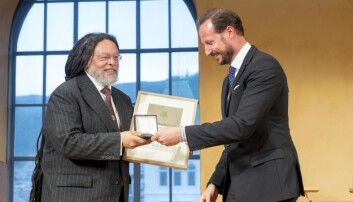 Paul Gilroy mottar Holbergprisen i 2019 fra Kronprins Haakon Magnus.