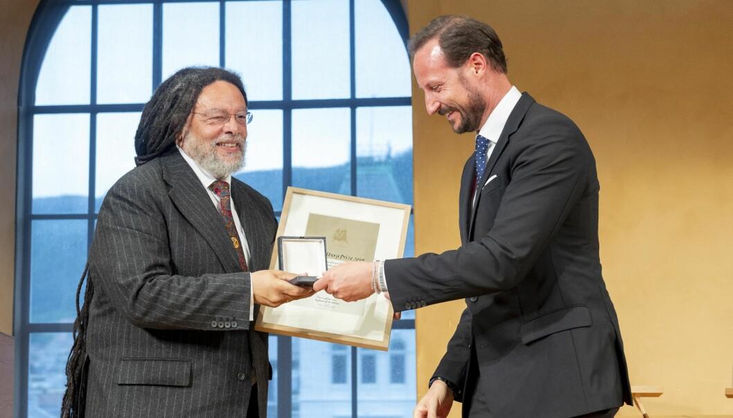 Paul Gilroy mottar beviset for at han er tildelt årets Holbergpris fra HKH Kronprins Haakon. I tillegg får han 6 millioner norske kroner. Foto: Tor Farstad