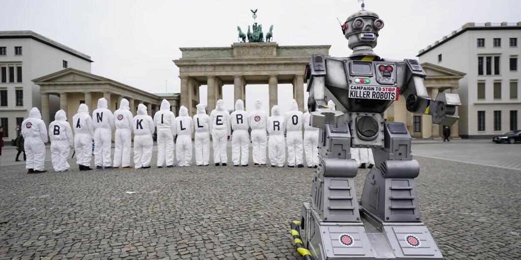 Den internasjonale 'Campaign to Ban Killer Robots' har fått sin norske avlegger i akademia etter initativ fra prorektor ved OsloMet, Morten Irgens. Her aksjonerer den internasjonale kampanjen i Berlin i mars i år. FOTO: . EPA/ALEXANDER BECHER/ scanpix NTB